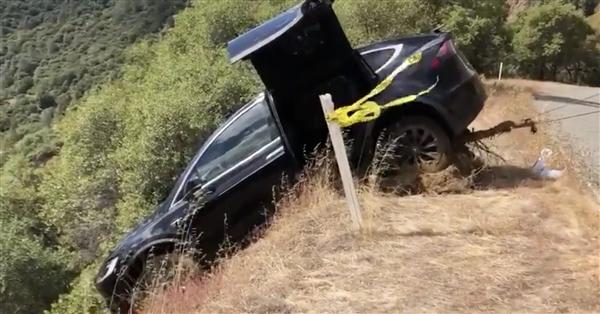 男子开车失控冲下山:特斯拉Model X救他一命